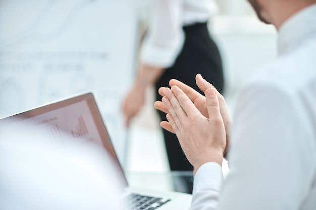 Ścieśniać. biznesmen patrząc na ekran laptopa i brawo. technologia biznesowa