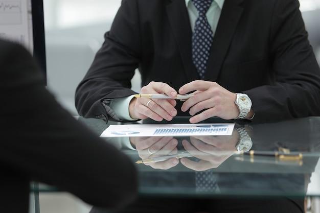 Ścieśniać. biznesmen pracujący z dokumentami finansowymi. koncepcja biznesowa