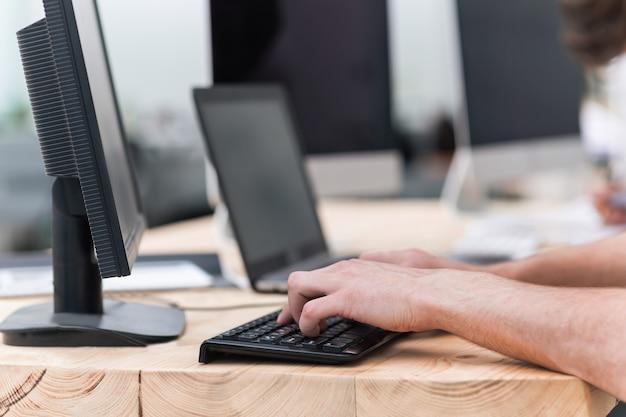 Ścieśniać. biznesmen pracuje na komputerze osobistym. ludzie i technologia