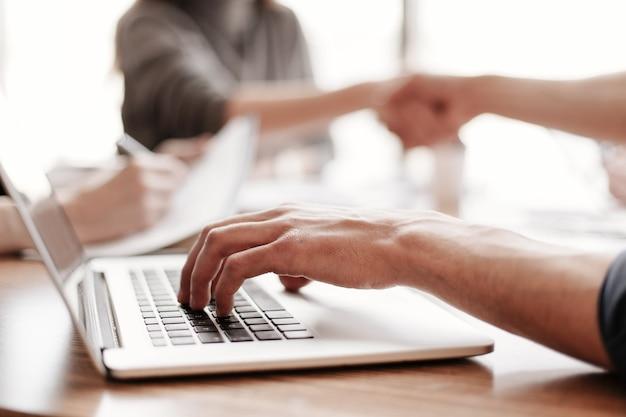 Ścieśniać. biznesmen pracuje na laptopie siedząc przy biurku. pomysł na biznes .