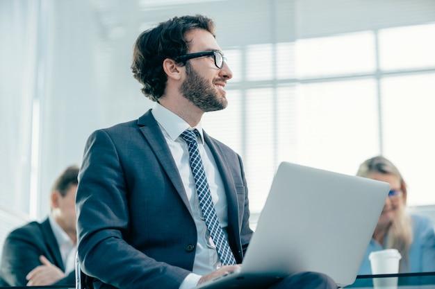 Ścieśniać. biznesmen pracuje na laptopie w biurze. ludzie i technologia
