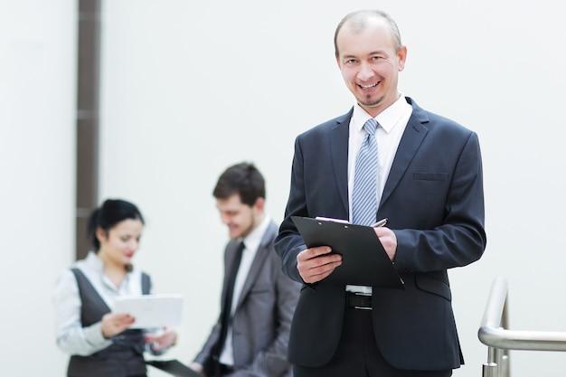 Ścieśniać. biznesmen robienie notatek w schowku