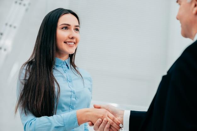 Ścieśniać. biznesmen, ściskając ręce ze swoim partnerem biznesowym
