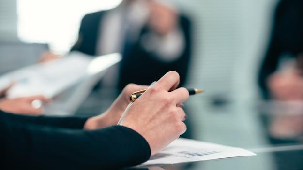 Ścieśniać. biznesmen studiuje dokumenty finansowe, siedząc w biurze desk. pracować z dokumentami