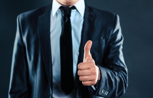 Ścieśniać. biznesmen wykonawczy pokazuje kciuk do góry