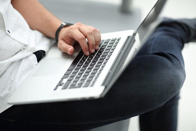 Ścieśniać. biznesmen za pomocą laptopa siedząc na kanapie. pomysł na biznes