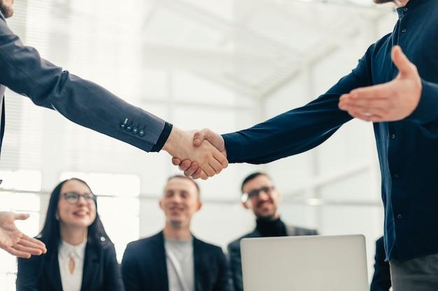 Ścieśniać. biznesowy uścisk dłoni w biurze. koncepcja współpracy