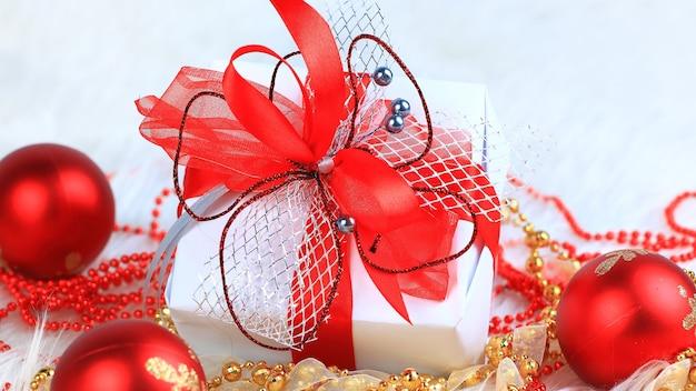 Ścieśniać. boże narodzenie pudełko na świątecznym tle. zdjęcie z miejscem na kopię