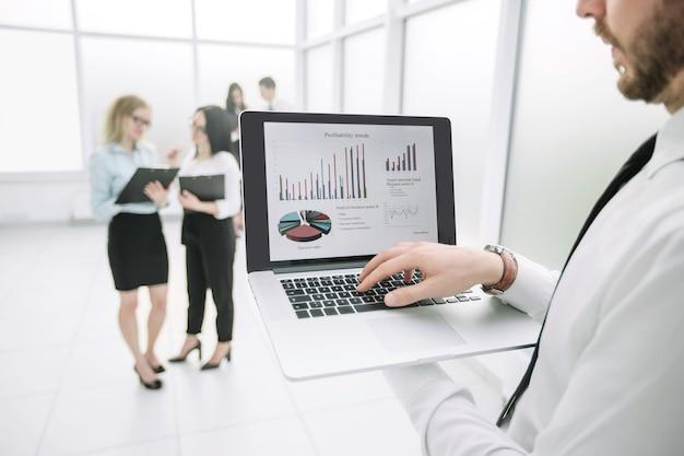 Ścieśniać. dane finansowe na ekranie laptopa. ludzie i technologia