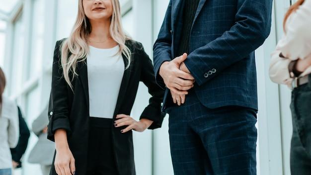 Ścieśniać. dorywcza młoda kobieta biznesu stojąca w biurze