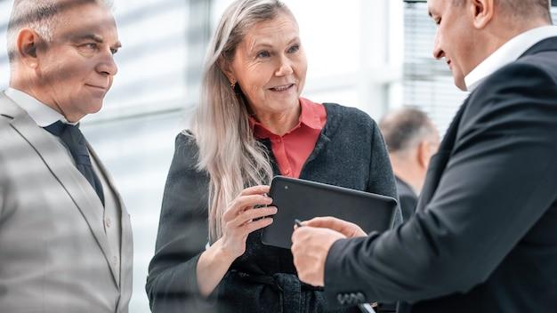 Ścieśniać. grupa ludzi biznesu dyskutujących o sprawach biznesowych w nowoczesnym biurze