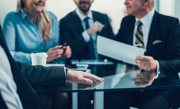 Ścieśniać. grupa ludzi biznesu omawia informacje finansowe na spotkaniu roboczym