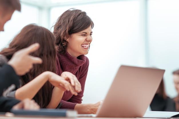 Ścieśniać. grupa młodych ludzi rozmawiająca o nowościach w internecie