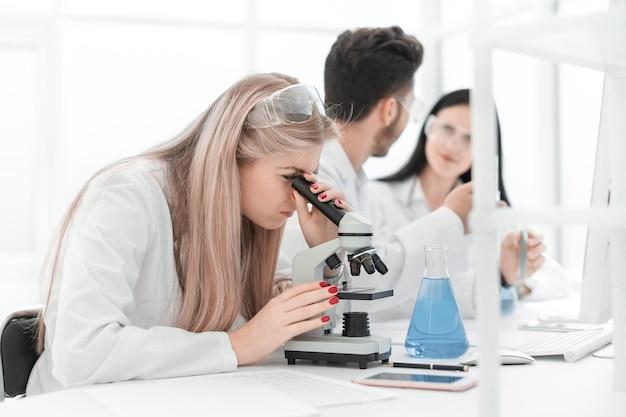 Ścieśniać. grupa naukowców prowadzi badania w nowoczesnym laboratorium. nauka i zdrowie