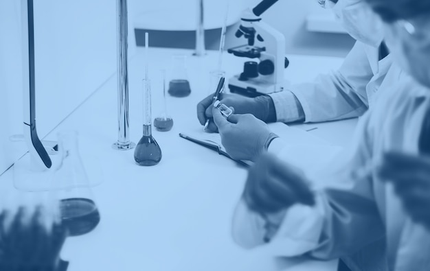 Ścieśniać. grupa naukowców siedzących przy stole laboratoryjnym. zdjęcie z miejscem na kopię.