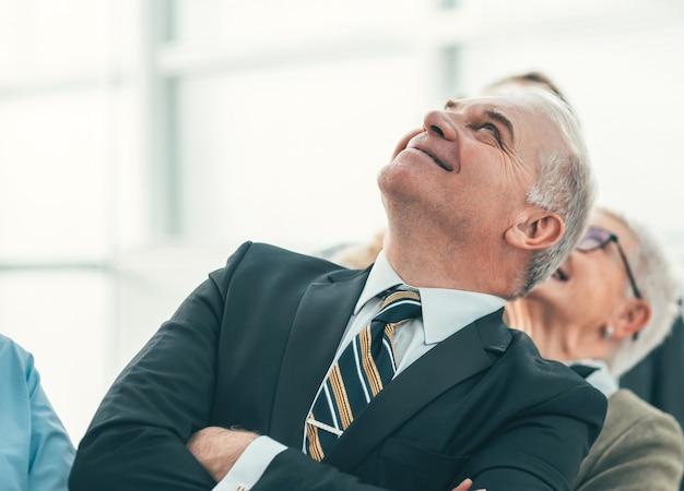 Ścieśniać. grupa pracowników z uśmiechem patrząca w górę. zdjęcie z kopią przestrzeni