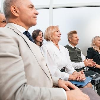 Ścieśniać. grupa przedsiębiorców widząca w sali konferencyjnej. biznes i edukacja