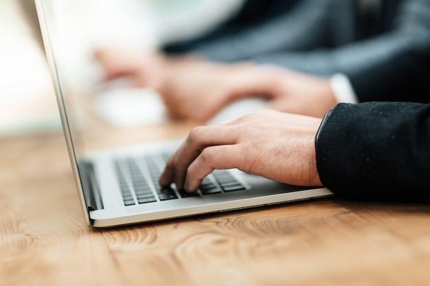Ścieśniać. grupa robocza obrazu pracująca na laptopach. zdjęcie z miejscem na kopię