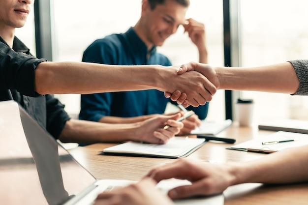 Ścieśniać. grupa robocza pracuje nad nowym projektem komercyjnym. pomysł na biznes.