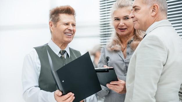 Ścieśniać. interesu omawianie planu pracy z kolegami. biurowe dni powszednie