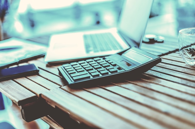 Ścieśniać. kalkulator i laptop na drewnianym stole
