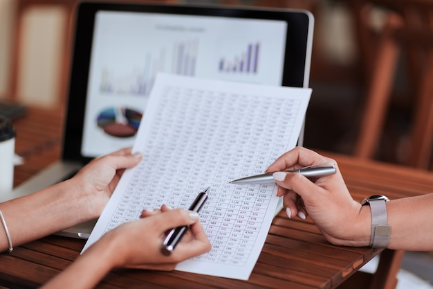 Ścieśniać. koledzy analizujący ogólne informacje finansowe . pomysł na biznes.