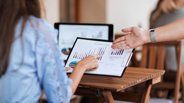 Ścieśniać. koledzy z pracy omawiają dane finansowe . pomysł na biznes.