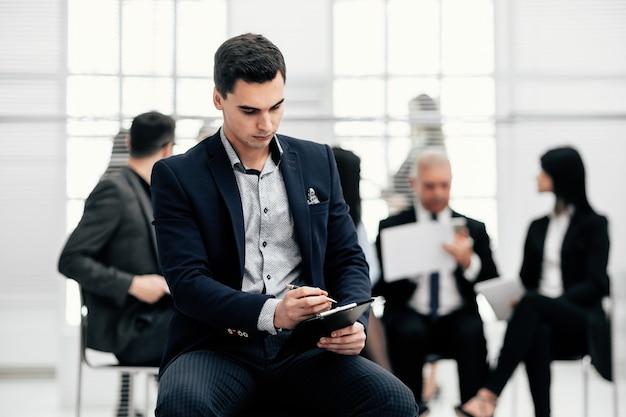 Ścieśniać. konsultant finansowy studiujący dokument biznesowy. pracować z dokumentami