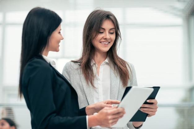 Ścieśniać. konsultant omawiający dokument biznesowy z klientem. pracować z dokumentami