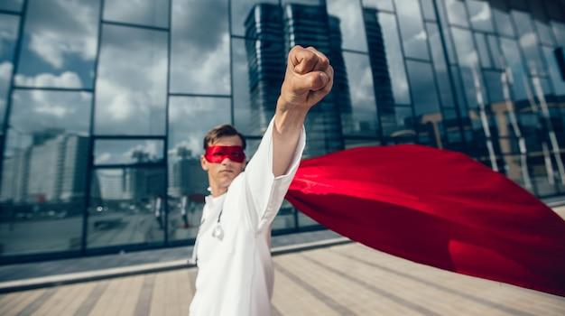 Ścieśniać. lekarz superbohater rusza na ratunek. zdjęcie z przestrzenią do kopiowania.