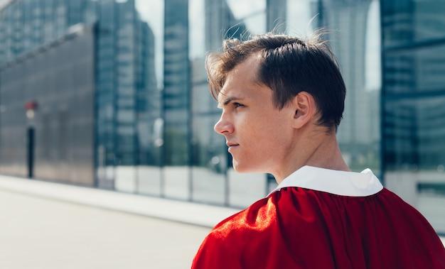 Ścieśniać. lekarz superbohatera patrząc na ulicę miasta. zdjęcie z kopią miejsca.
