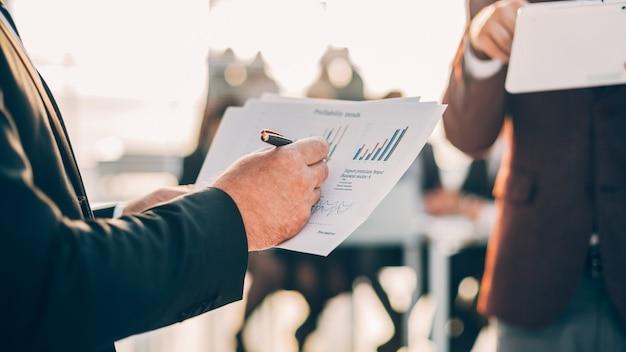 Ścieśniać. ludzie biznesu analizujący dane finansowe. pomysł na biznes