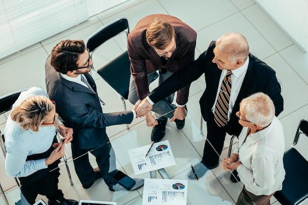 Ścieśniać. ludzie biznesu potwierdzający umowę finansową uściskiem dłoni