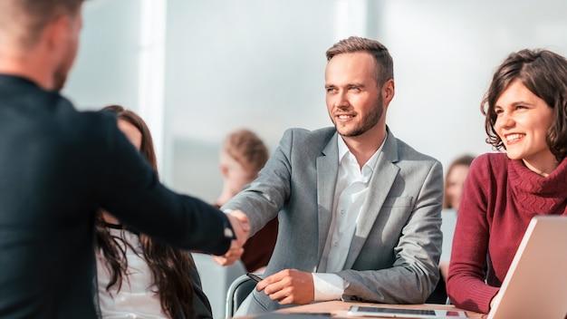 Ścieśniać. ludzie biznesu, ściskając ręce podczas spotkania