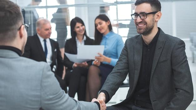 Ścieśniać. ludzie biznesu, ściskając ręce w porozumieniu. koncepcja sukcesu