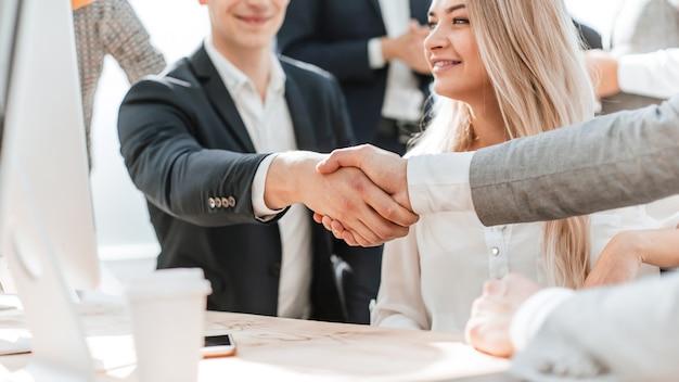 Ścieśniać. manager ściskający dłoń klienta banku. koncepcja współpracy