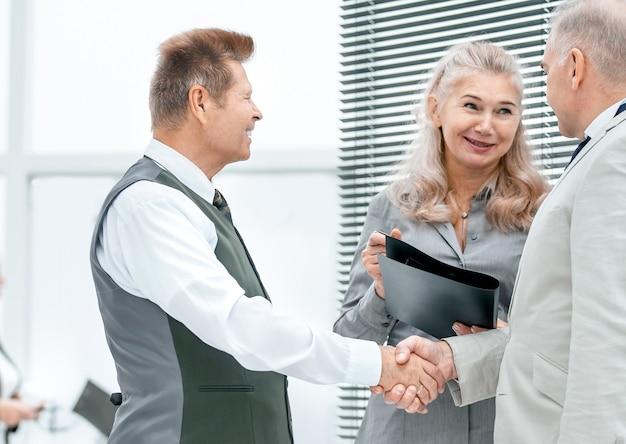 Ścieśniać. menedżer i klient podają sobie ręce. zdjęcie z miejscem na kopię