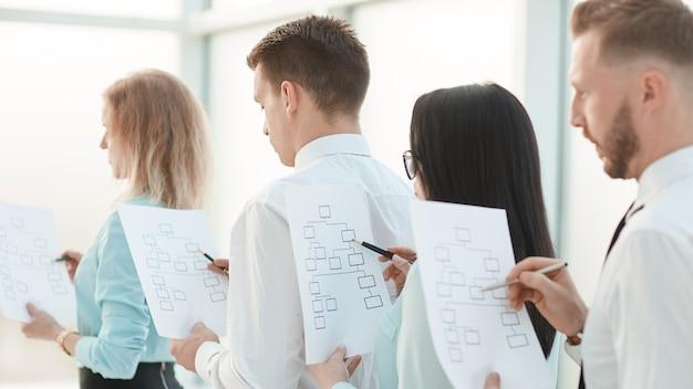 Ścieśniać. menedżerowie z ofertami marketingowymi stoją w kolejce. pomysł na biznes