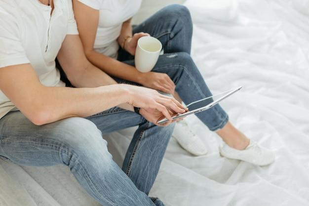 Ścieśniać. młoda para robi zakupy online w swoim mieszkaniu