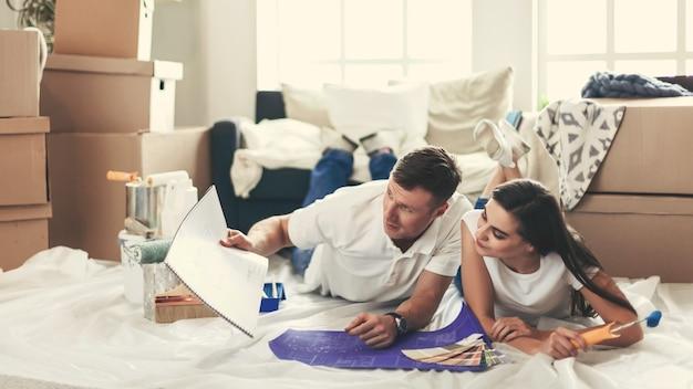Ścieśniać. młoda para wybiera wnętrze swojego nowego mieszkania.