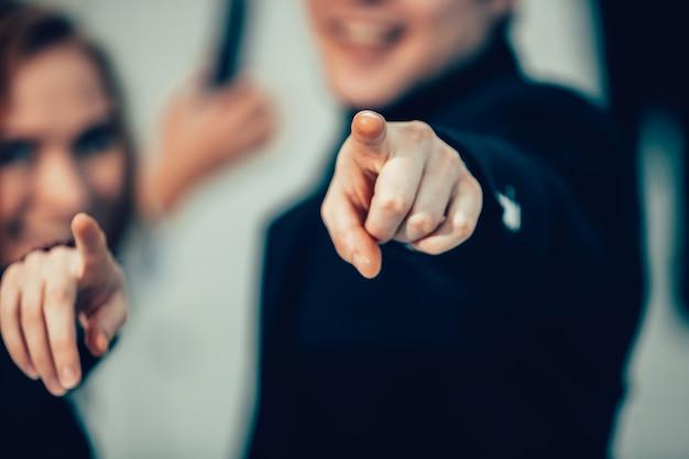 Ścieśniać. młodzi ludzie biznesu, wskazując na ciebie. pojęcie wyboru