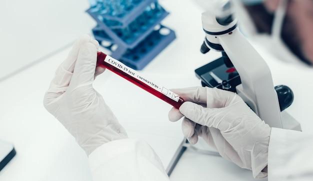 Ścieśniać. naukowiec czytający napis na tubie z testem. zdjęcie z miejscem na kopię.