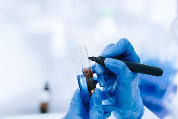 Ścieśniać. naukowiec oznacza probówki testami. zdjęcie z kopią miejsca.