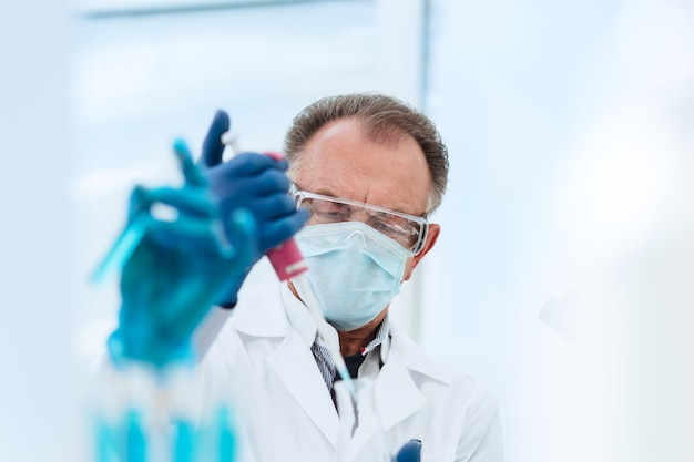 Ścieśniać. naukowiec prowadzi badania w laboratorium medycznym. nauka i zdrowie.