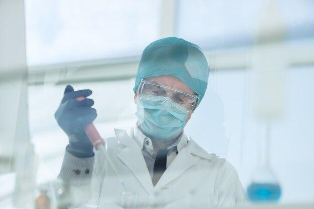 Ścieśniać. naukowiec przeprowadza badania w laboratorium. nauka i zdrowie.