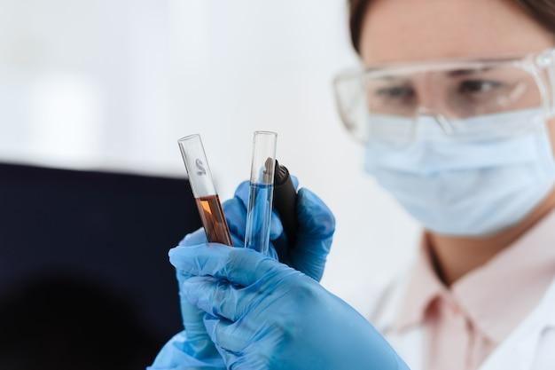 Ścieśniać. naukowiec znakuje probówki testami. zdjęcie z kopią przestrzeni.