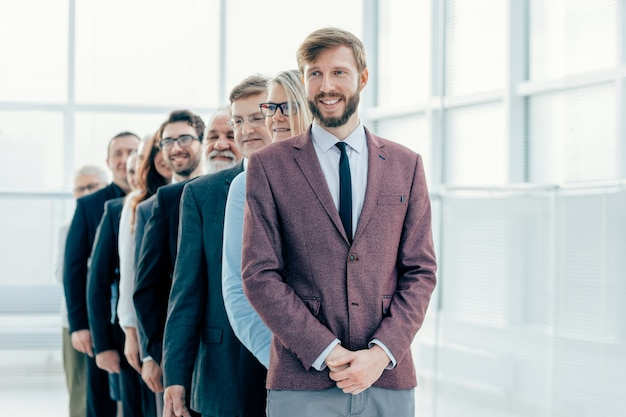 Ścieśniać. obraz grupy pozytywnych ludzi biznesu .zdjęcie z kopią przestrzeni