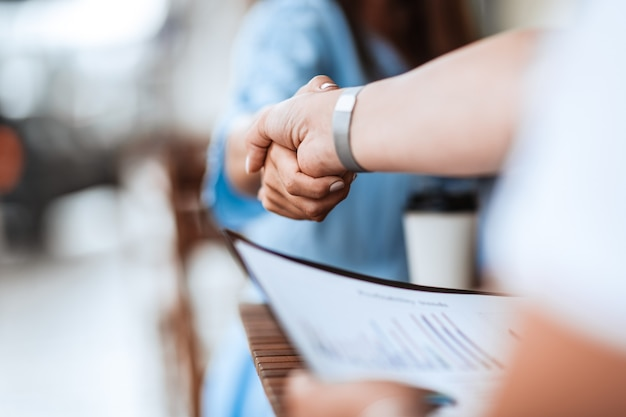 Ścieśniać. obraz tła biznesowego uścisk dłoni na nieformalnym spotkaniu. zdjęcie z miejscem na kopię.