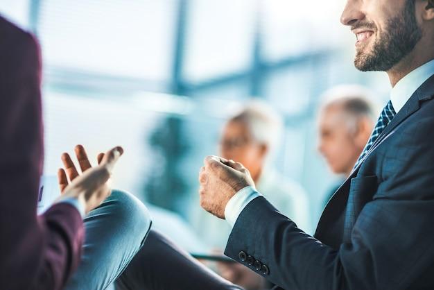 Ścieśniać. obraz tła partnerów biznesowych omawiających kwestie związane z pracą. zdjęcie z miejscem na kopię