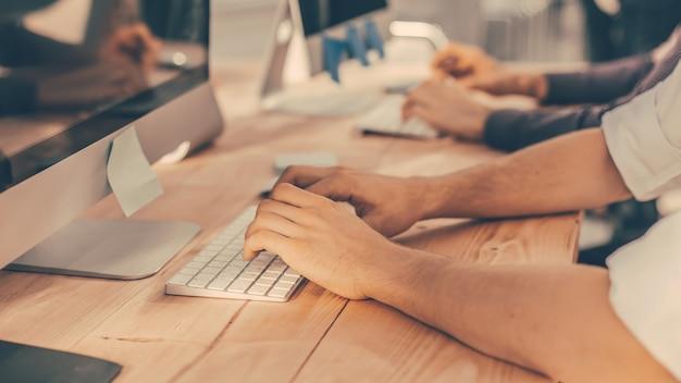 Ścieśniać. obraz tła współpracowników biznesowych pracujących na komputerze biurowym